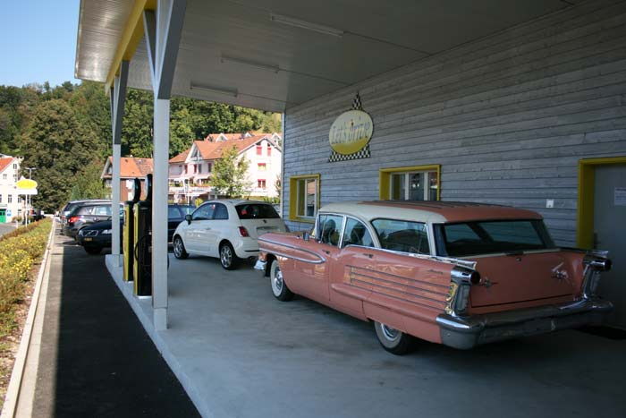 Oldsmobile unter Vordach; the fabulous fifties