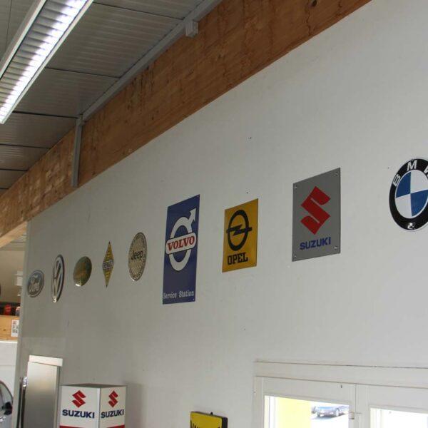 Wand im Innenraum mit Fahrzeugmarken-Blechschilder; unsere Trophäenwand; fabulous fifties