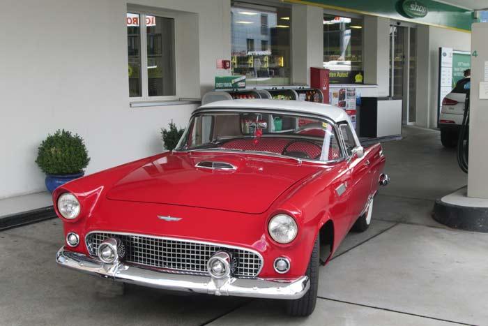Tankstelle mit Thunderbird aus den fabulous fifties