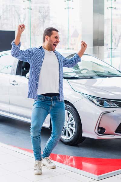 Glücklicher Mann bei Auto; Auto Finanzierung