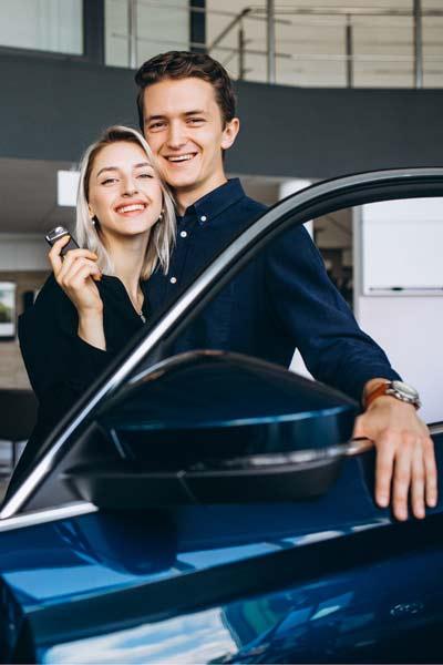 Paar bei Auto; Auto Finanzierung