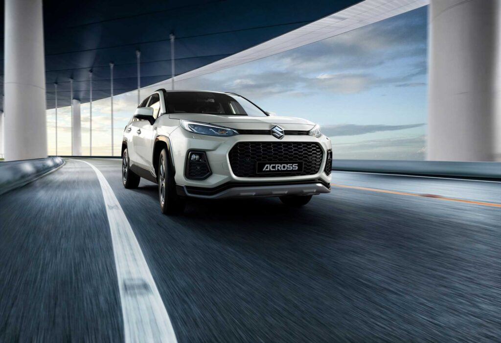 Der neue Suzuki Across Plug-in Hybrid in einer Tunnel-Szene
