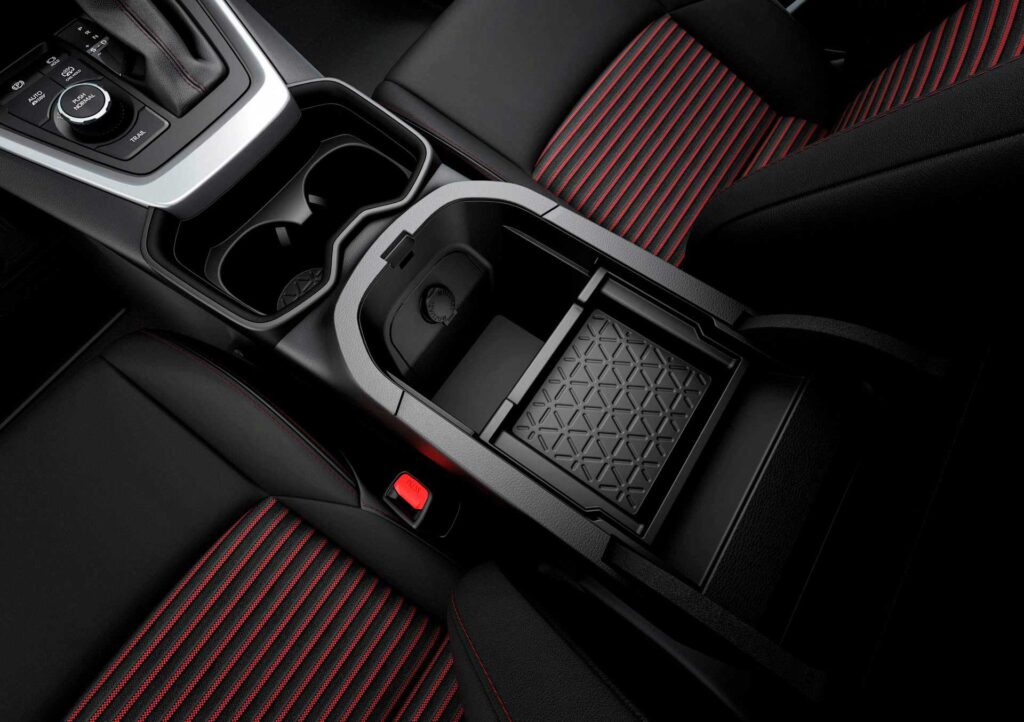 Blick auf den hinteren Teil der Mittelkonsole (Armablage) des neuen Suzuki Across Plug-in Hybrid