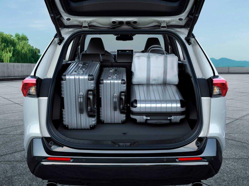 Blick in den Kofferraum des neuen Suzuki Across Plug-in Hybrid
