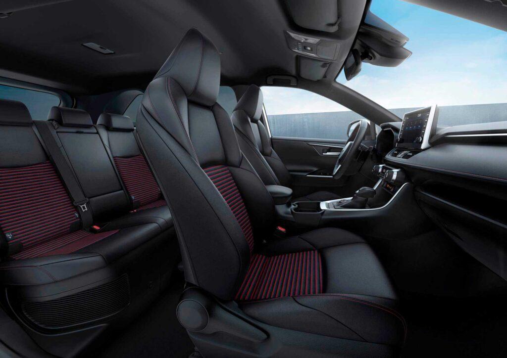 Blick in den vorderen Innenraum des neuen Suzuki Across Plug-in Hybrid