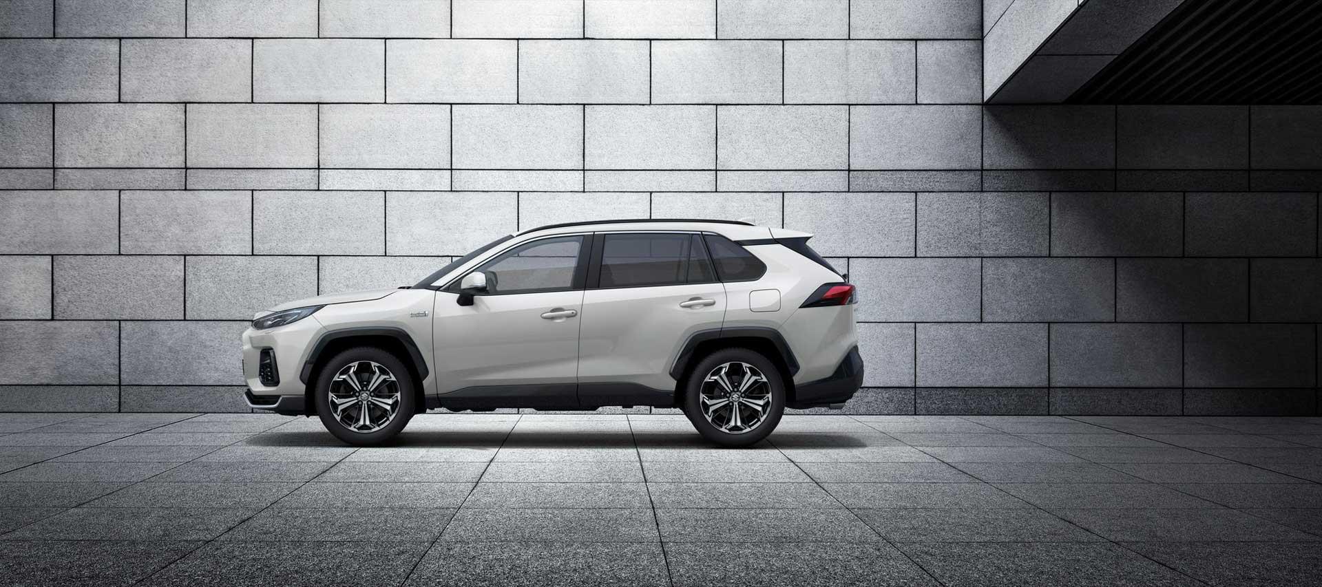 Der neue Suzuki Across Plug-in Hybrid vor einer Wand