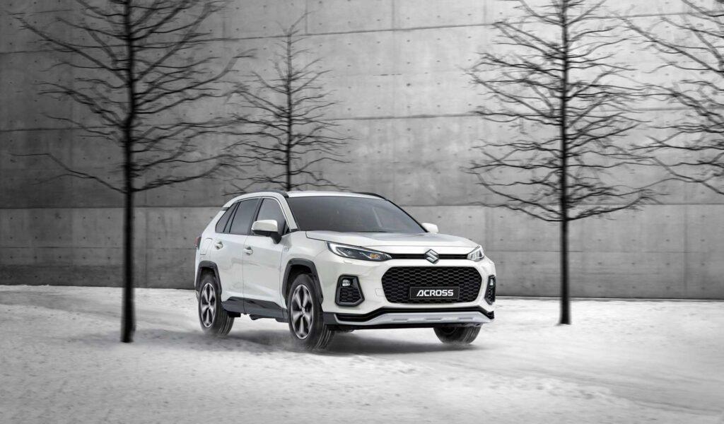 Der neue Suzuki Across Plug-in Hybrid auf Schnee vor einer Betonwand