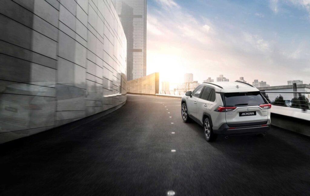 Der neue Suzuki Across Plug-in Hybrid auf einer Parkhausauffahrt