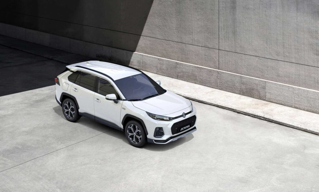 Der neue Suzuki Across Plug-in Hybrid vor einer Einfahrt mit Betonwand